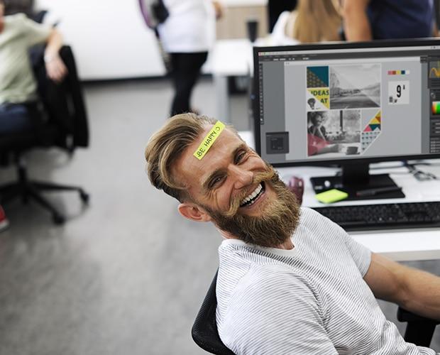 Homme au travail qui semble heureux