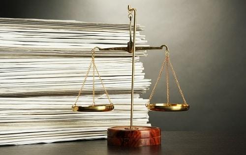 Pile de dossier et balance de la justice