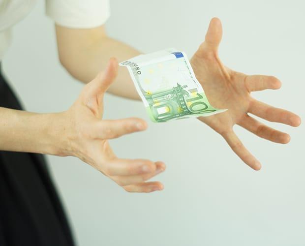 Billet de 100€ qui tombe