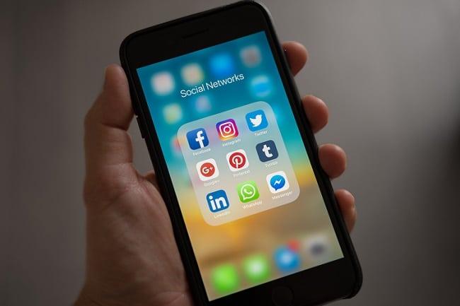 Réseaux sociaux sur un téléphone portable