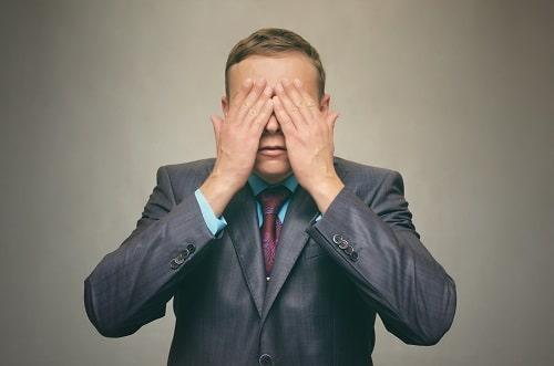 Homme qui se cache les yeux