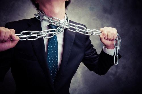 Homme qui s'étrangle avec une chaîne en métal