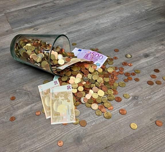 Verre renversé rempli d'argent