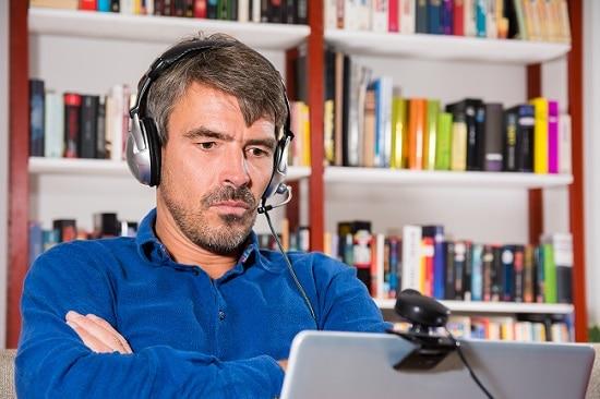 Homme devant une webcam pendant un entretien