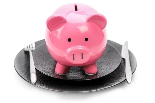 Tirelire cochon dans une assiette
