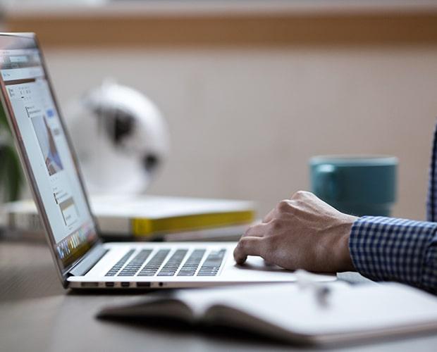 Employé travaillant sur son ordinateur